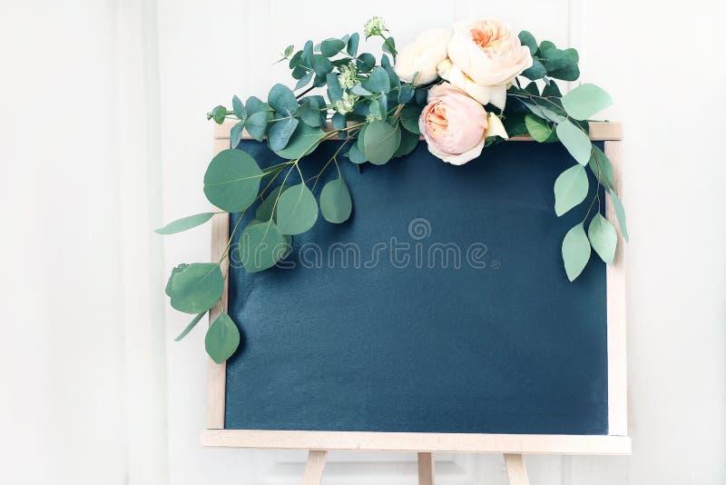 Cena vazia do modelo do sinal do quadro do casamento Festão floral de ramos verdes do eucalipto e de rosas inglesas do abricó imagem de stock royalty free