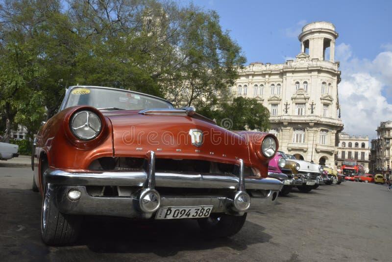 CENA VELHA DA RUA DE CUBA HAVANA COM CARROS DO VINTAGE imagens de stock