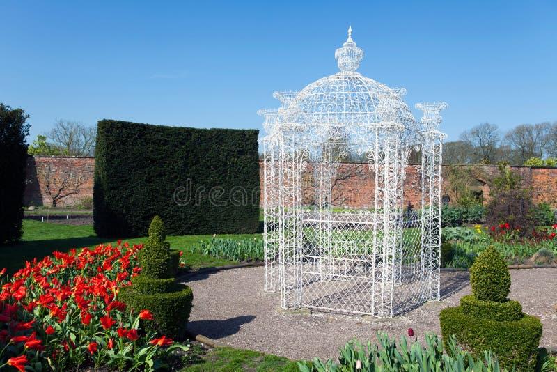 Cenador blanco en un jardín grande foto de archivo libre de regalías