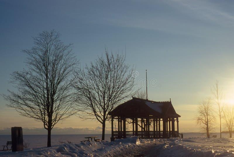 Cenador cerca de un lago Ontario congelado fotografía de archivo
