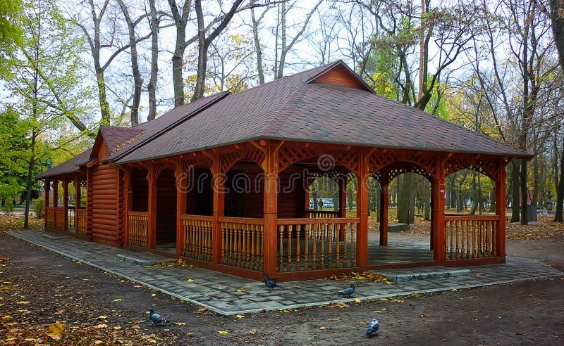 Cenador de madera del verano en un parque en otoño con foto de archivo libre de regalías