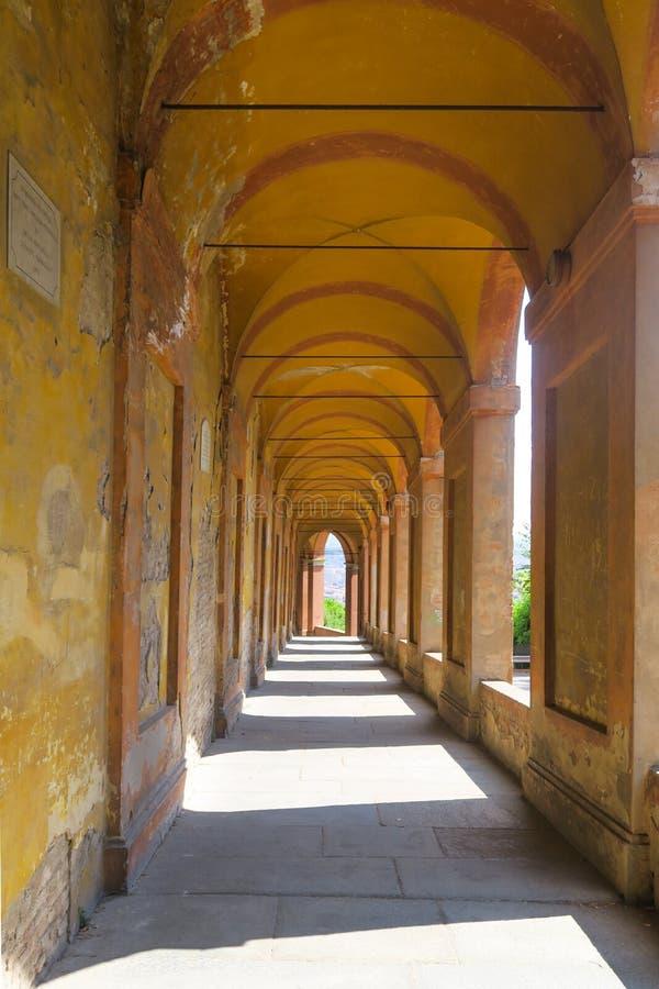 Cenadores amarillos y anaranjados en Bolonia, Italia imagen de archivo