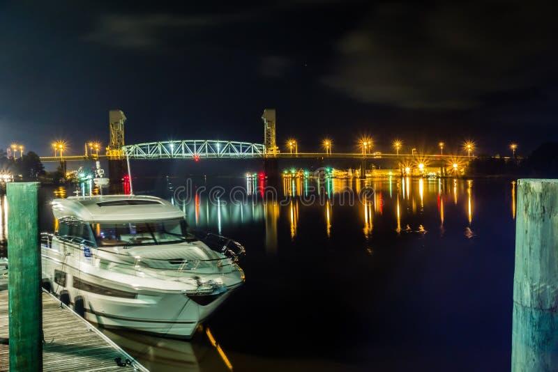 Cenas da caminhada da placa do beira-rio em wilmington nc na noite imagem de stock