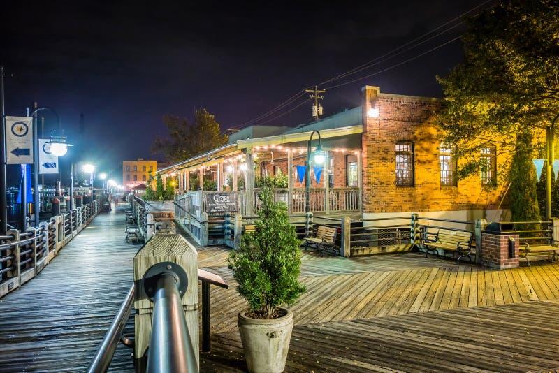 Cenas da caminhada da placa do beira-rio em wilmington nc na noite fotografia de stock