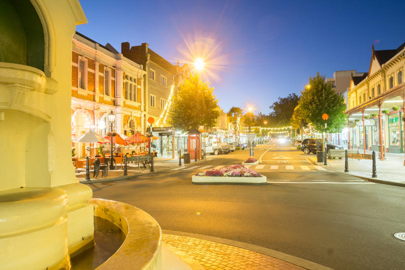 Cenas da rua da noite na cidade Wanganui imagens de stock royalty free