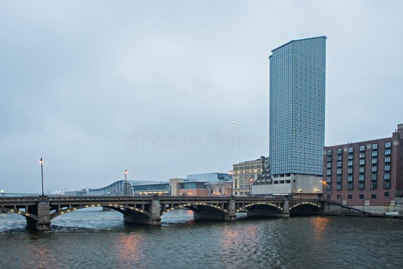 Cenas da skyline e da rua da cidade de Grand Rapids michigan imagens de stock