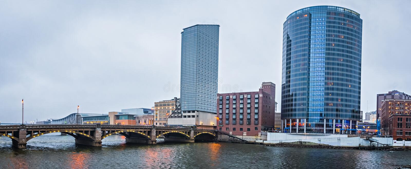 Cenas da skyline e da rua da cidade de Grand Rapids michigan fotos de stock royalty free