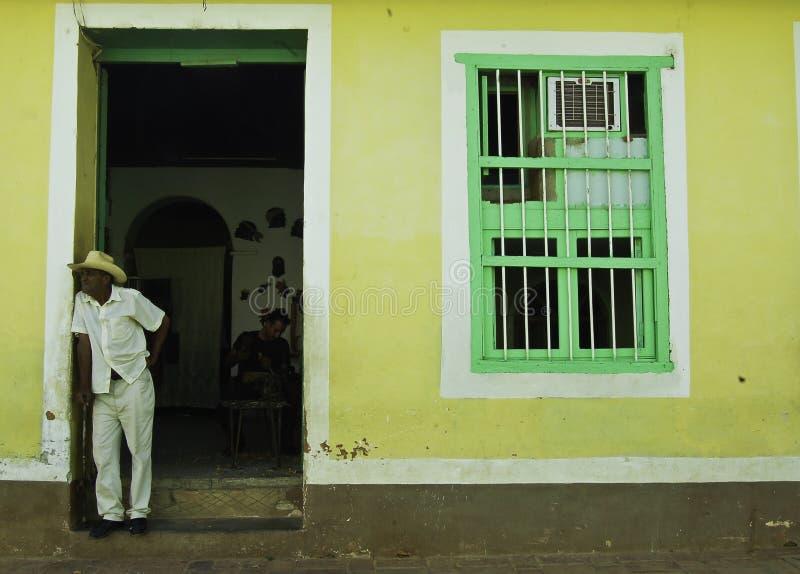 Cenas di?rias em Cuba, homens fora da porta da rua fotografia de stock
