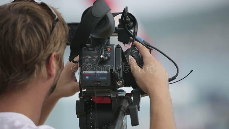 Cenas do película do operador cinematográfico na chuva video estoque
