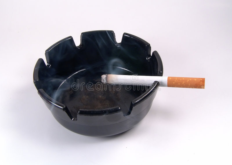 Cendrier Avec La Cigarette Photographie stock