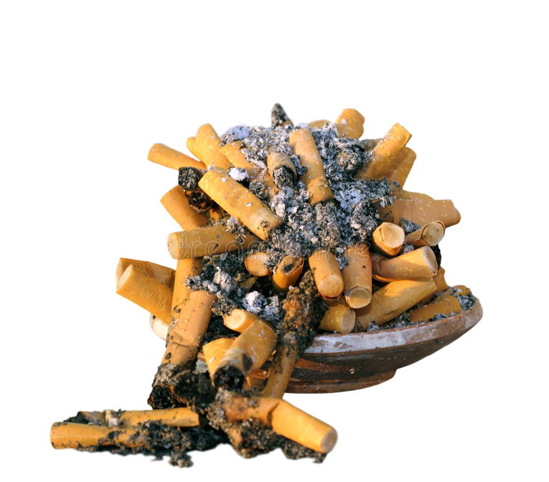 Cendrier complètement avec des cigarettes photos stock