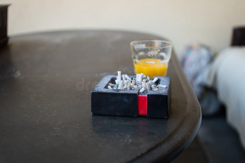 Cendrier complètement de cigarettes photo libre de droits