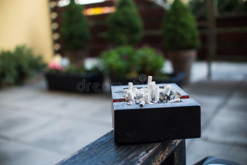 Cendrier complètement de cigarettes images libres de droits