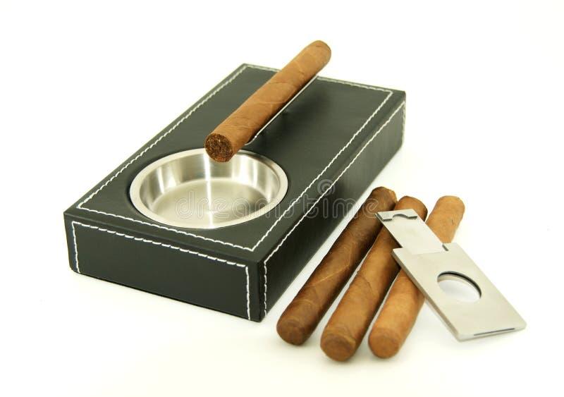 Cendrier de cigare avec les cigares et le coupeur photographie stock libre de droits
