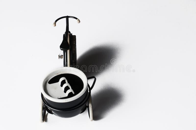 Cendrier sous forme de bicyclette d'isolement sur un fond blanc Copiez l'espace images libres de droits
