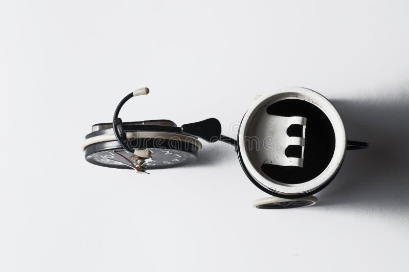 Cendrier sous forme de bicyclette d'isolement sur un fond blanc Copiez l'espace photographie stock