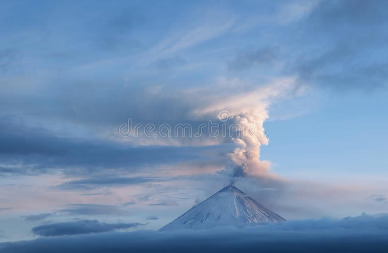 Cenere vulcanica sopra un vulcano fotografie stock libere da diritti