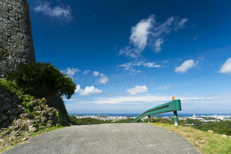 Cenery naast van Nakagusuku-Kasteelruïnes stock foto