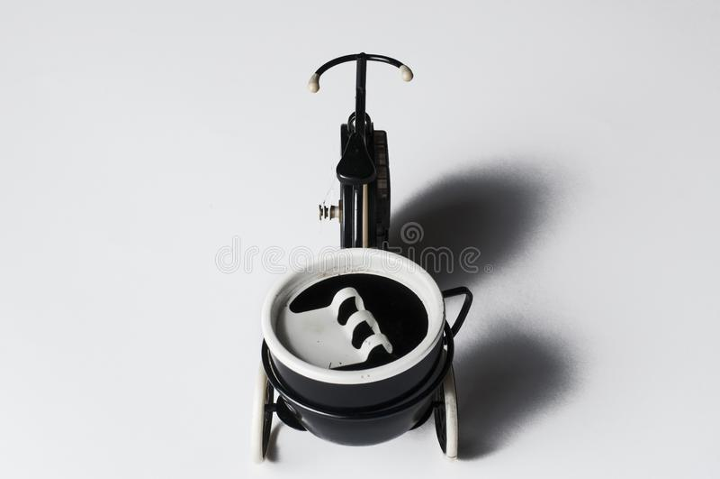 Cenicero bajo la forma de bicicleta aislada en un fondo blanco Copie el espacio foto de archivo libre de regalías