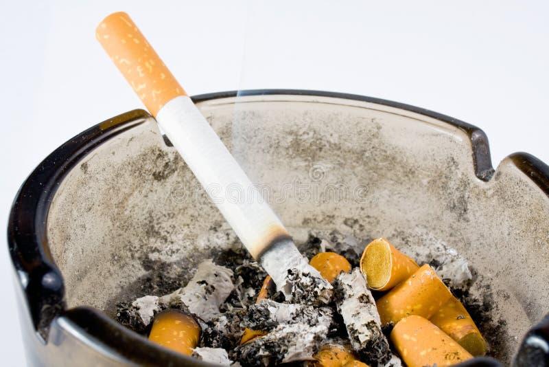 Cenicero con el cigarrillo imagenes de archivo