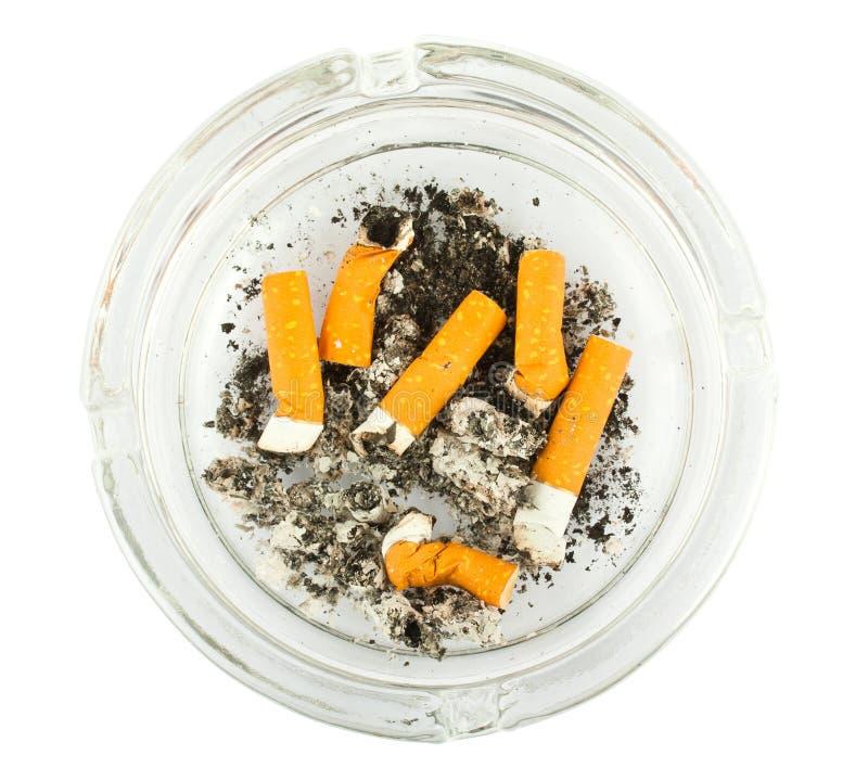 Cenicero con hacia fuera tropezados topes de cigarrillo fotografía de archivo libre de regalías