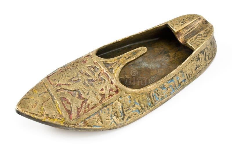 Cenicero de cobre amarillo viejo en la forma de zapato foto de archivo libre de regalías