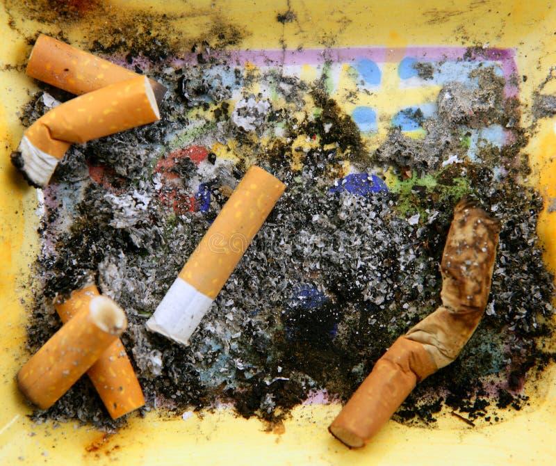 Cenicero por completo de cigarrillos. Textura sucia del tabaco foto de archivo libre de regalías