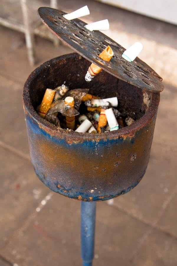 Cenicero por completo de topes de cigarrillo foto de archivo libre de regalías