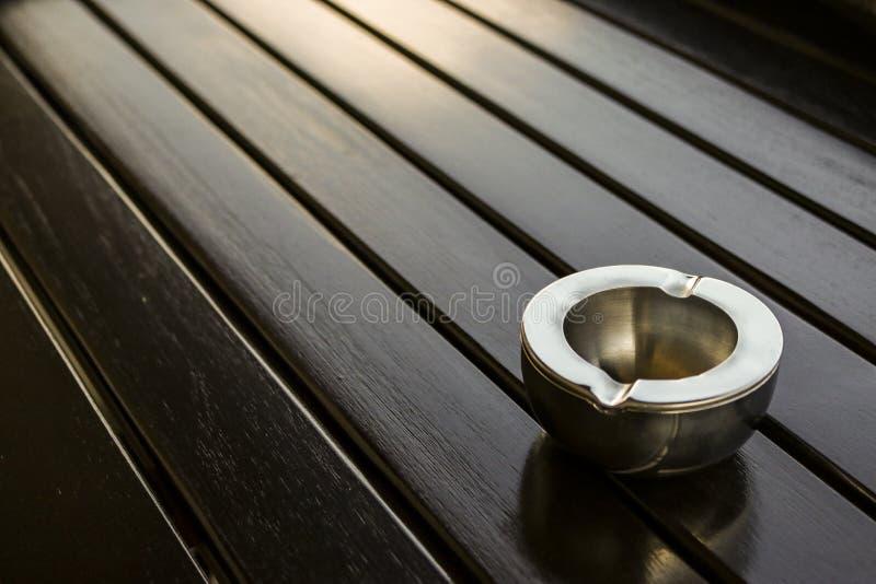 Cenicero vacío del metal en la tabla imágenes de archivo libres de regalías