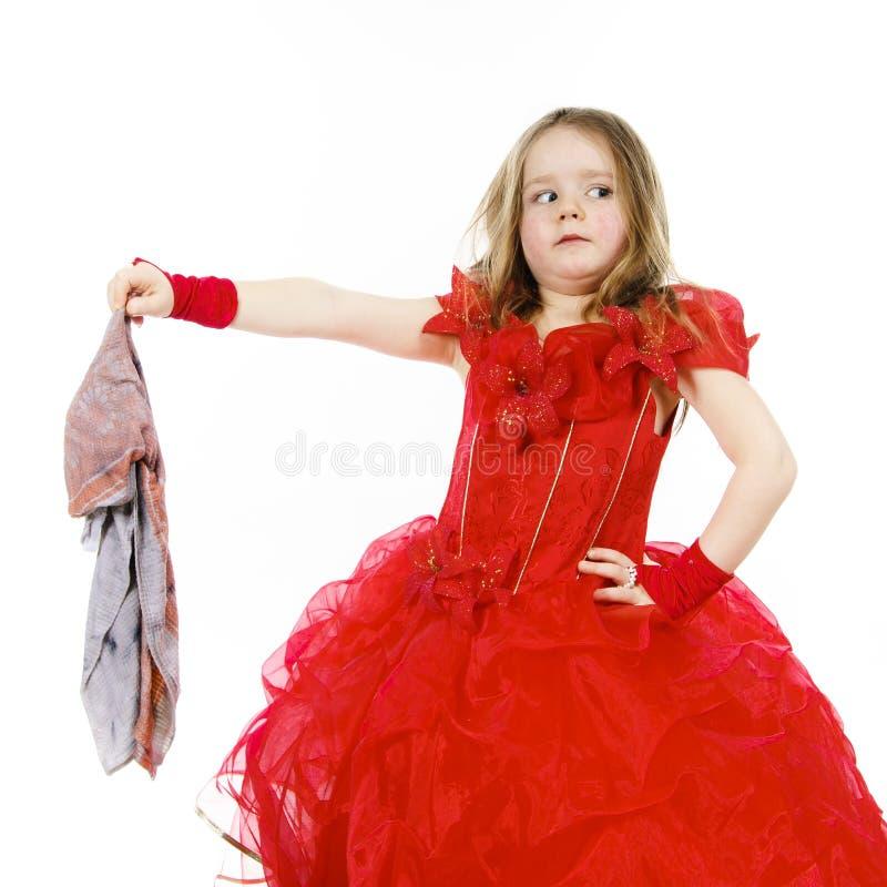 Cenicienta joven se vistió en rojo con el paño sucio fotos de archivo