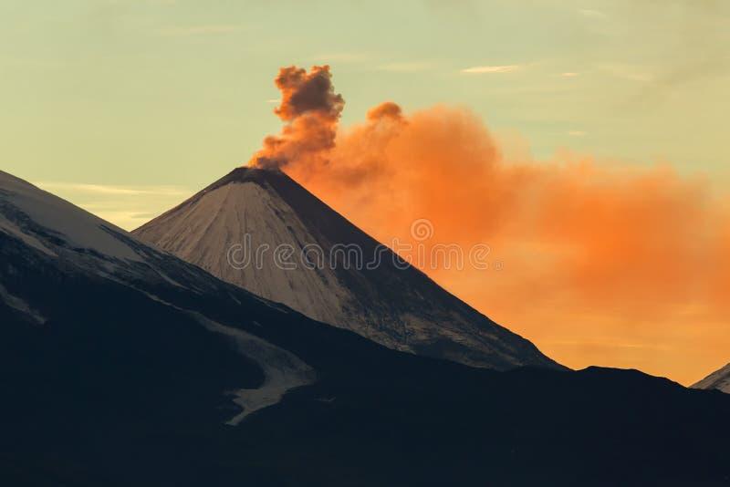 Ceniza de la emisión de rayos del volcán de un amanecer de Klyuchevskoy del sol fotografía de archivo