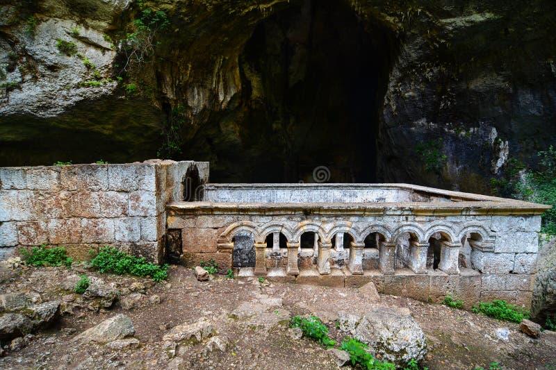 Cennet e iglesia de las dolinas del cehennem Mersin, TURQUÍA fotografía de archivo libre de regalías