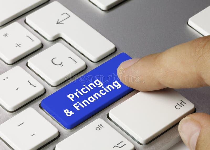 Cennik i finansowanie — napis na kluczu niebieskiej klawiatury zdjęcie royalty free