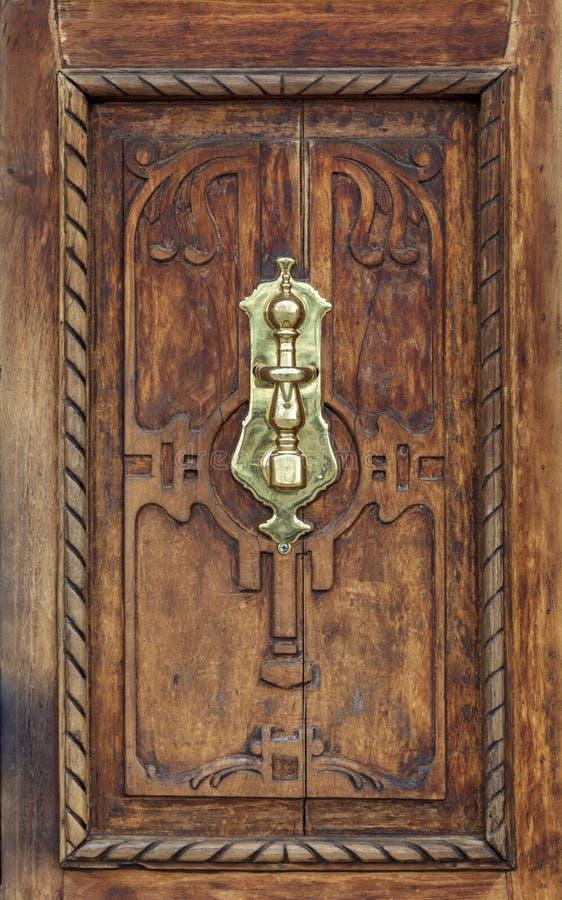 Cenny drewniany drzwi starzej?cy si? czasem zdjęcie stock