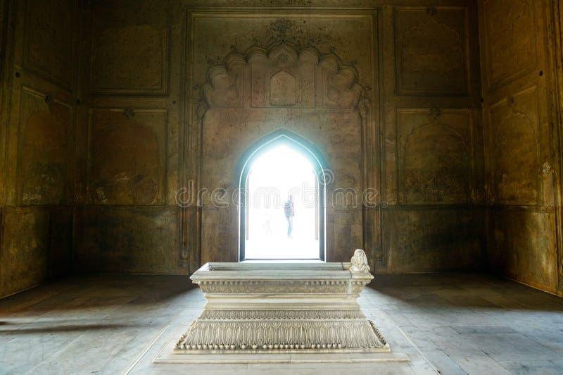 Cenotáfio na frente da arcada iluminada no túmulo Deli de Humayun fotos de stock royalty free