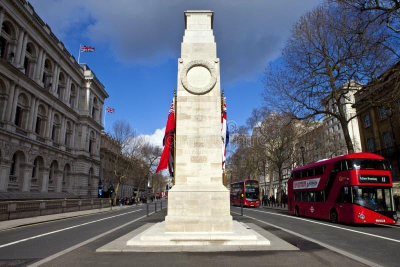 Cenotafiet ner Whitehall i London royaltyfri bild