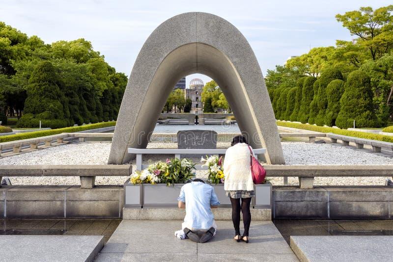 Cenotafio conmemorativo en el parque de la paz de Hiroshima, Japón imagen de archivo libre de regalías