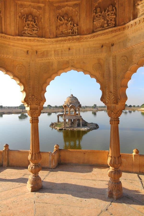 Cenotafios jain viejos en el lago en el jaisalmer la India imágenes de archivo libres de regalías