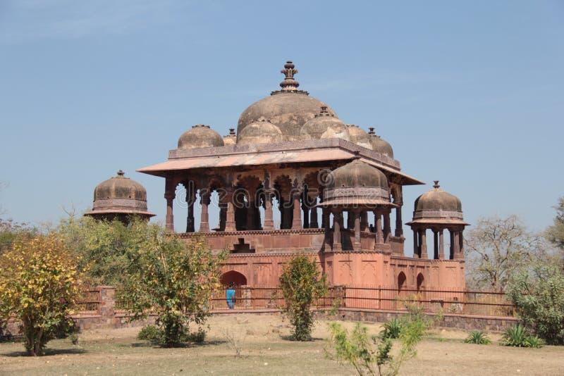 32 cenotafios reales del pilar también conocidos como chhatris en el fuerte de Ranthambhore foto de archivo