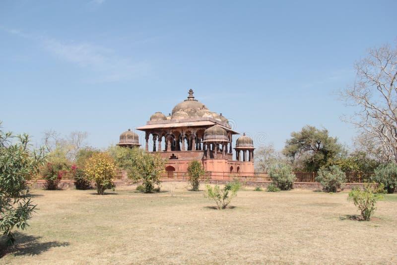 32 cenotafios reales del pilar también conocidos como chhatris en el fuerte de Ranthambhore fotos de archivo libres de regalías