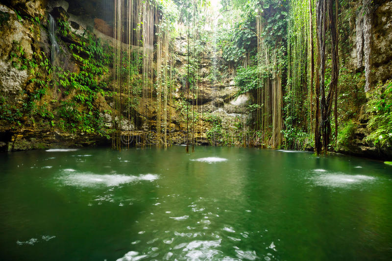 Cenote cerca de Chichen Itza en México fotos de archivo