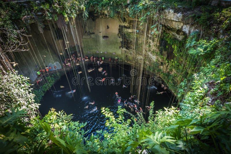 Cenote di Ik Kil, punto di riferimento popolare di Yucatan, Messico fotografie stock