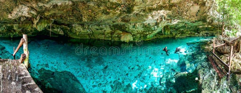 Cenote Dos Ojos - ögon för grotta två - i Mexico, halvö Yucatan med klart vatten för brusande och varmt vatten royaltyfria bilder