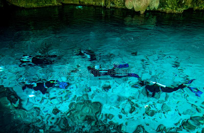 Cenote Dos Ojos -洞两眼睛-在墨西哥,半岛尤加坦用闪耀的清楚的水和温水 库存照片