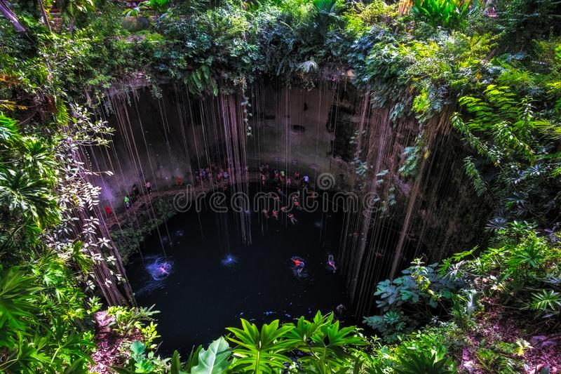 Cenote-Höhlensee mit den schwimmenden Leuten, Chichen Itza, Mexiko stockfotos