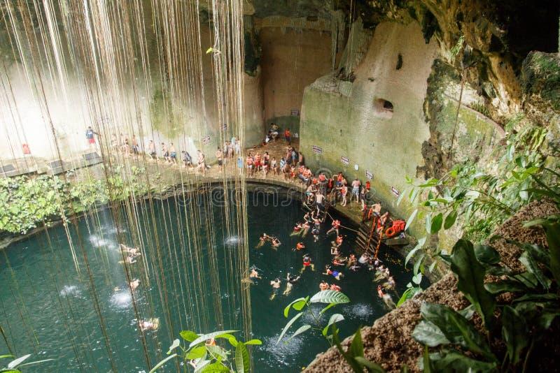 Cenote Ik Kil,尤加坦,墨西哥,在奇琴伊察附近 免版税库存照片