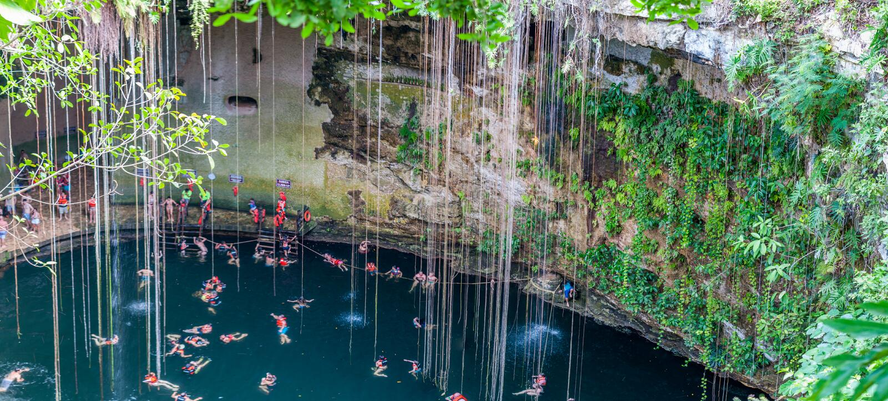 Cenote Ik Kil perto de Chichen Itza, México imagens de stock royalty free