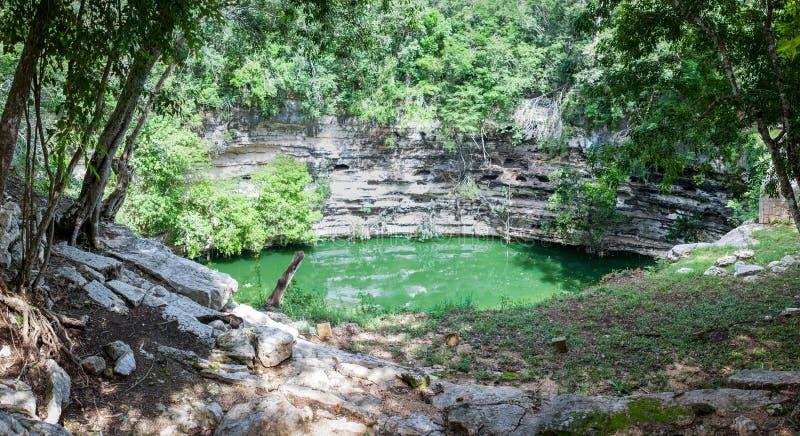 Cenote sagrado en Chichen Itza, Yucatán, México fotografía de archivo