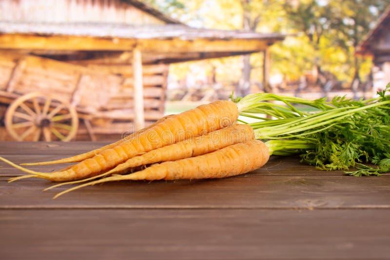 Cenoura alaranjada fresca com carro fotos de stock royalty free