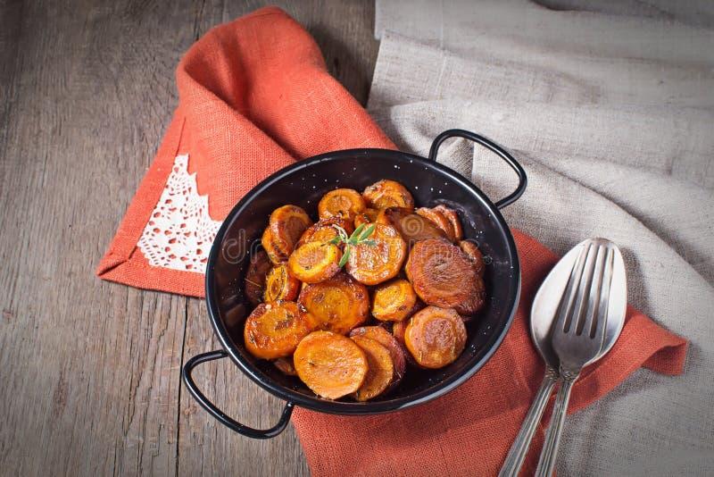 Cenoura assada com tomilho, prato de vegetariano imagens de stock